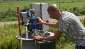 Aansturen pomp-put bij experiment met drukdrainage.