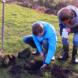 Studenten plaatsen bodemsensoren op 20 centimeter diepte voor het meten van de bodemtemperatuur.